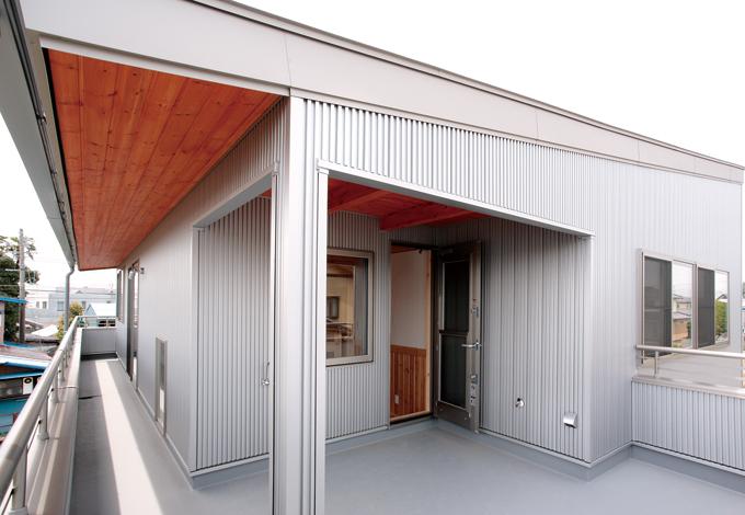 ハンドメイド【1000万円台、デザイン住宅、自然素材】雨天の洗濯物にも配慮した軒先の長いバルコニー。もちろんバーベキューもできる