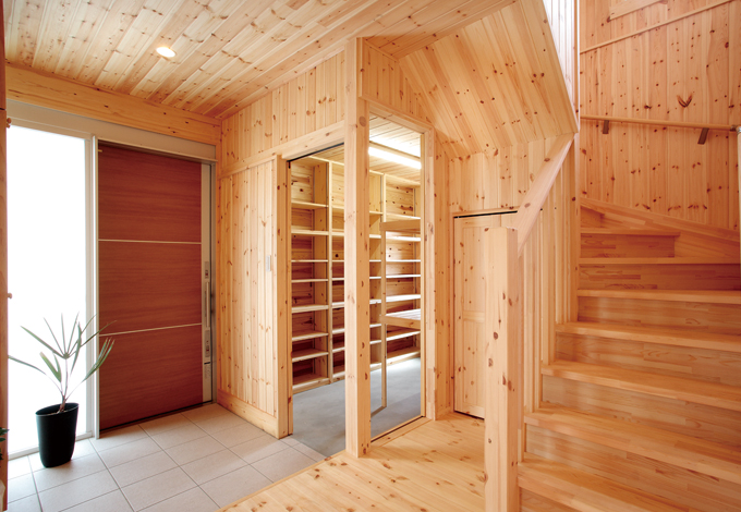 ハンドメイド【1000万円台、デザイン住宅、自然素材】自然素材のやすらぎに満ちた玄関ホール。大容量のシューズクロークは圧巻