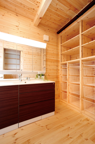 ハンドメイド【1000万円台、デザイン住宅、自然素材】家族それぞれの衣類を整理しやすいアイデア収納付きの洗面室。木のいい香り!