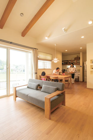 花みずき工房【デザイン住宅、収納力、自然素材】勾配天井で開放感たっぷりのリビング。ダイニングテーブルやソファはブラックチェリー材でオーダー。統 一感のある落ち着いた雰囲気に