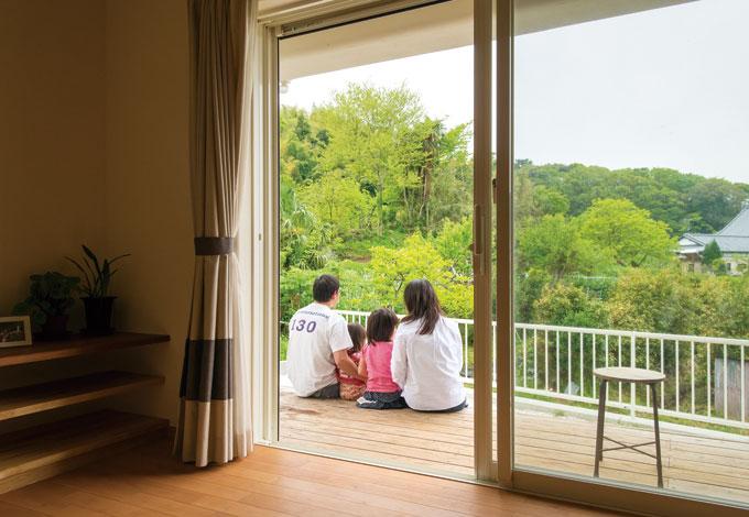 花みずき工房【デザイン住宅、収納力、自然素材】リビングを囲むように作られたウッドデッキ。お隣の緑を借景に。清々しい景色が広がる