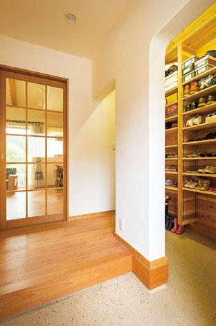 花みずき工房【デザイン住宅、収納力、自然素材】収納側にも上がりかまちがあり、出入り可能。家族の靴はたっぷり収納できるシューズボックスに