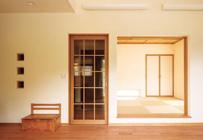 花みずき工房【デザイン住宅、収納力、自然素材】琉球畳と天井に配された竹が清々しい和室。リビングと段差を設けることで、ちょっと腰掛ける小上がり的にも使える