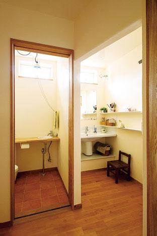 花みずき工房【デザイン住宅、収納力、自然素材】脱衣所と独立させた洗面室。シンプルでスタイリッシュ