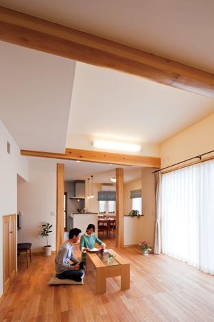 花みずき工房【収納力、趣味、ガレージ】光と風が心地いいリビング。高天井でより開放感を演出