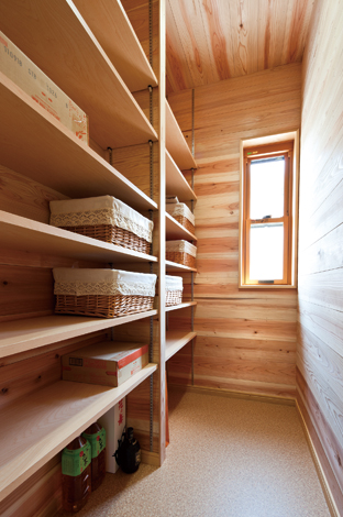 花みずき工房【収納力、趣味、ガレージ】大容量のパントリーですっきり収納 洗面脱衣所とキッチンの間に設けた 大型パントリー。便利な可変棚を採 用し、整理整頓しやすい。壁は調湿、 消臭効果の高い杉板を使用