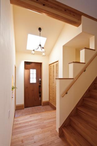 花みずき工房【収納力、趣味、ガレージ】玄関ホールに天窓を 設け、北側とは思え ない明るさを確保