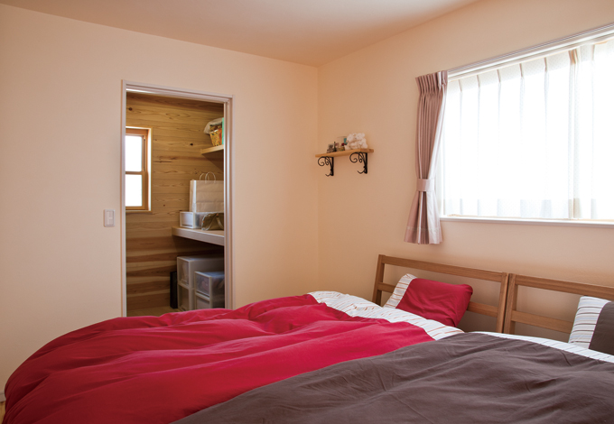 主寝室の壁には漆喰を採用。大容...