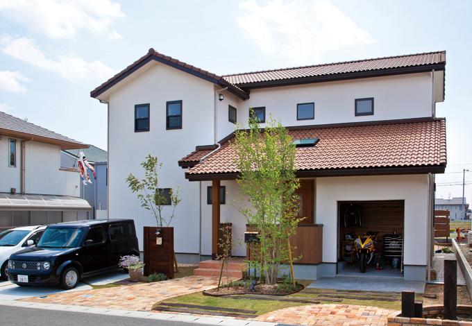 花みずき工房【収納力、趣味、ガレージ】周囲の景観にマッチした塗り壁と瓦の素朴なコントラスト