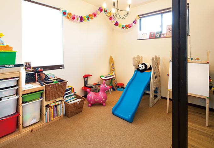 花みずき工房|クローゼットに窓を追加して子ども部屋に。東側に小窓を追加して明るい空間に生まれ変わった。杉の建具で間仕切りもできる。将来的には夫婦の寝室になるかもしれないとのこと
