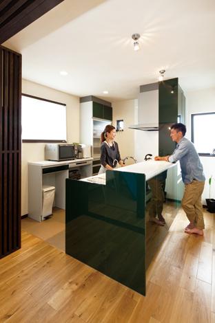 花みずき工房|奥さまひと目惚れのキッチン。造作の縦格子は冷蔵庫の目隠し