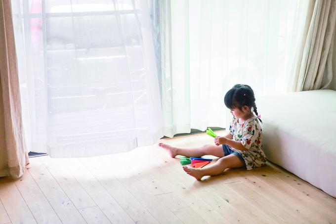 ひのきの家 静岡県家づくり浜松協同組合|集中した様子で紙飛行機を折る。いったいいくつ作るのかな