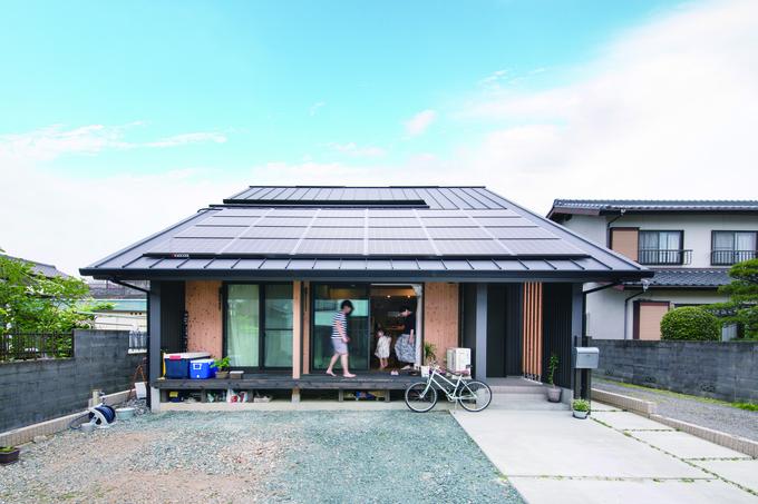 ひのきの家 静岡県家づくり浜松協同組合|平屋のようにも見える独創的な外観。長くせり出した軒が夏の日光をさえぎり、冬は室内の奥まで光を届けるパッシブデザインを採用。ソーラーパネルで省エネライフも実現。