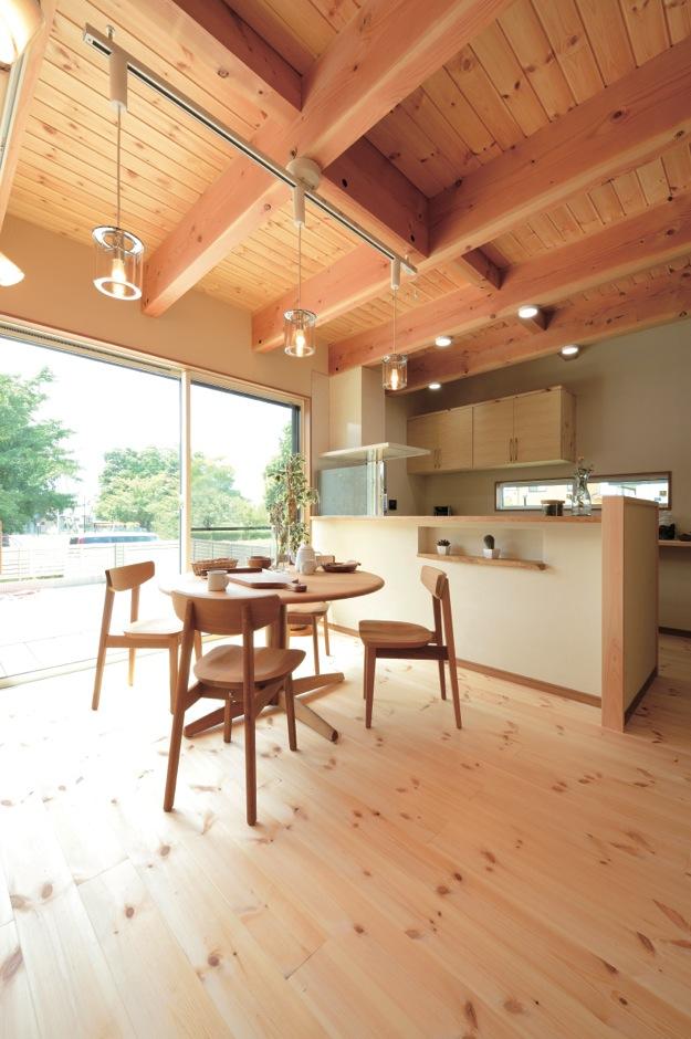 住まいるコーポレーション【デザイン住宅、自然素材、省エネ】勾配天井と大きな窓が開放感をもたらすダイニング