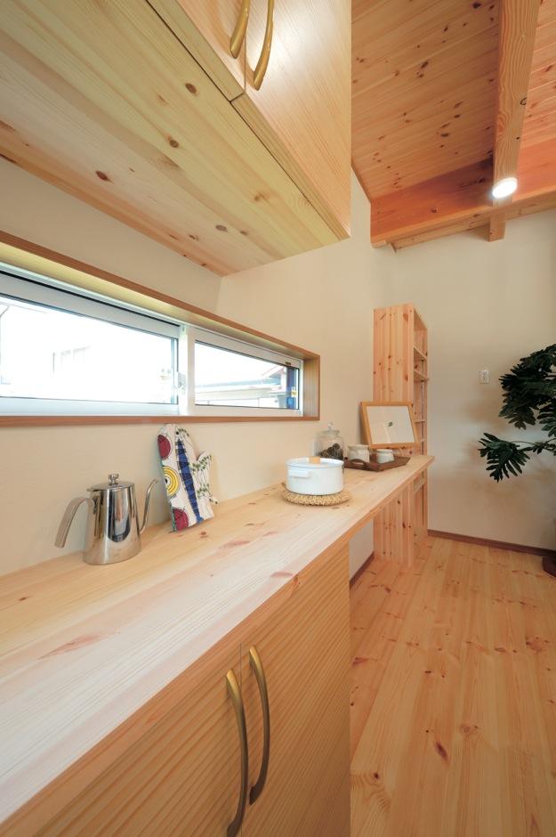 住まいるコーポレーション【デザイン住宅、自然素材、省エネ】キッチンの背後には、奥さまの使い勝手に合わせて造った収納家具をジャストサイズで一列に配し、モノの出し入れがスムーズにできるよう配慮されている