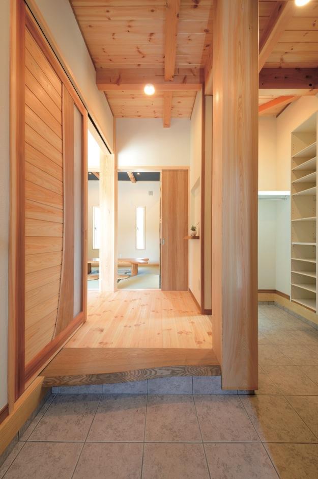 住まいるコーポレーション【デザイン住宅、自然素材、省エネ】シューズク ローク付き玄関は太い大黒柱が印象的