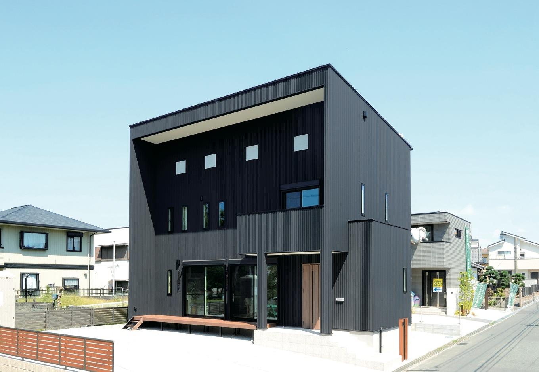 住まいるコーポレーション【デザイン住宅、自然素材、省エネ】黒いキューブ型の外観。窓の配置にもこだわり、セレクトショップのようにクールな雰囲気を演出