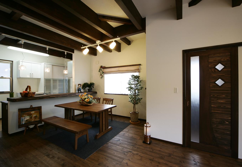 住まいるコーポレーション【デザイン住宅、趣味、自然素材】照明にこだわったダイニングキッチン。厚みのあるキッチンカウンターが印象的