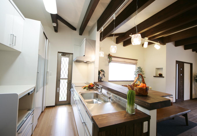 住まいるコーポレーション【デザイン住宅、趣味、自然素材】キッチンにはIHや高性能の食器棚など、アジアンテイストを保ちながらも充実した設備を備えた