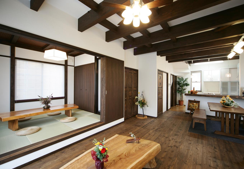 住まいるコーポレーション【デザイン住宅、趣味、自然素材】古民家風の和室を一段上げることで、アジアンモダンなリビングとの共存を可能にした
