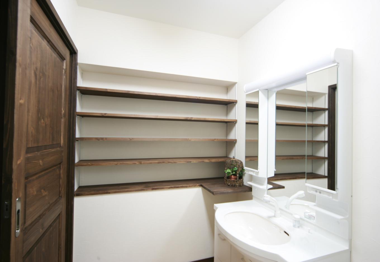 住まいるコーポレーション【デザイン住宅、趣味、自然素材】白が映える洗面台。可動式の棚を設置し、収納するものによって高さを変えることが出来る