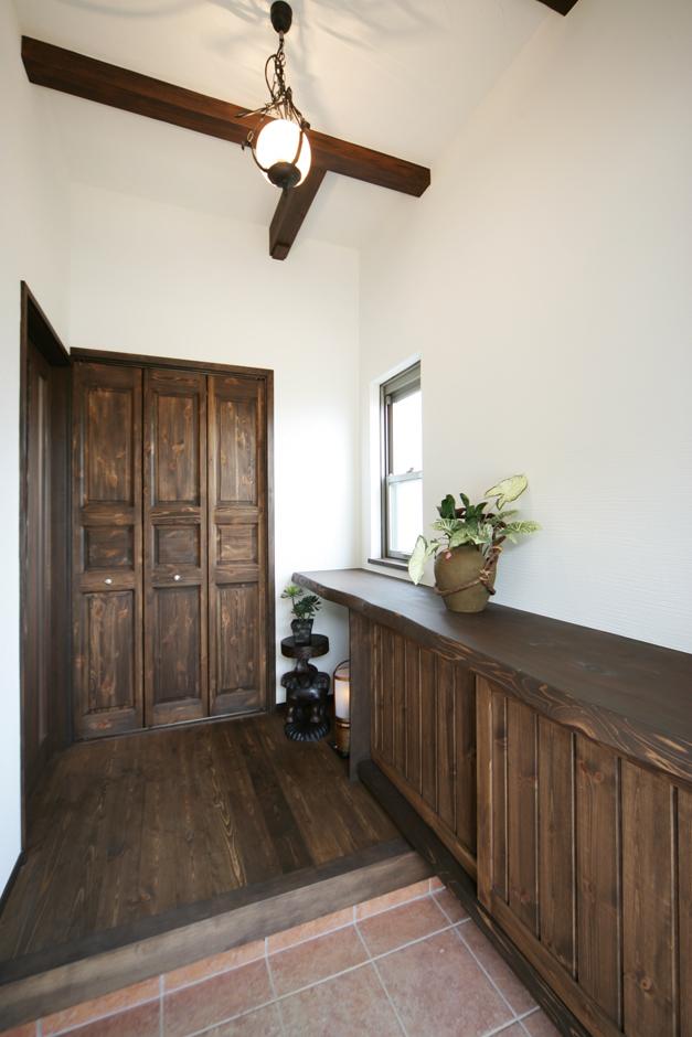 住まいるコーポレーション【デザイン住宅、趣味、自然素材】玄関を開けると、高さのある空間に木の色合いが映える
