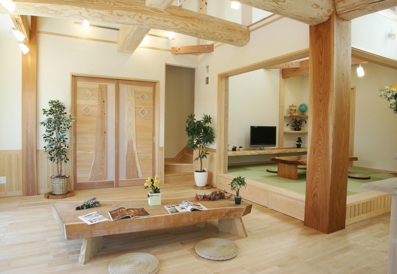 住まいるコーポレーション【和風、二世帯住宅、自然素材】木のぬくもりが暖かいリビング。畳コーナーは格子戸を閉めることで個室としても利用可能