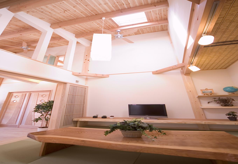 住まいるコーポレーション【和風、二世帯住宅、自然素材】畳スペースは伸びやかで開放感いっぱいの吹き抜け。TVカウンターや棚も造り付けにして全体の雰囲気を統一