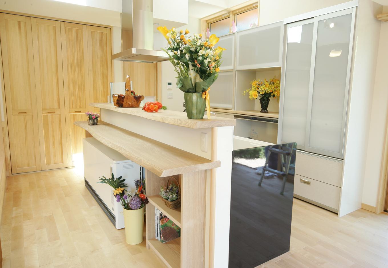 住まいるコーポレーション【和風、二世帯住宅、自然素材】回遊型の動きやすさと抜群の開放感が奥さまに好評のアイランドキッチン。カウンターには木目の美しいタモ材を使用