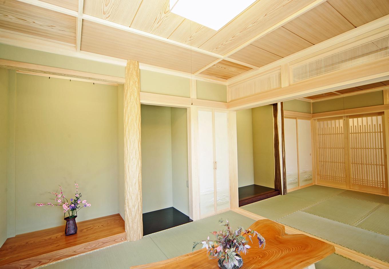 住まいるコーポレーション【和風、二世帯住宅、自然素材】大人数の集まりにも対応出来る二間続きの和室。床板には築約60年の旧居で使っていた思い出深い松の無垢材を再利用