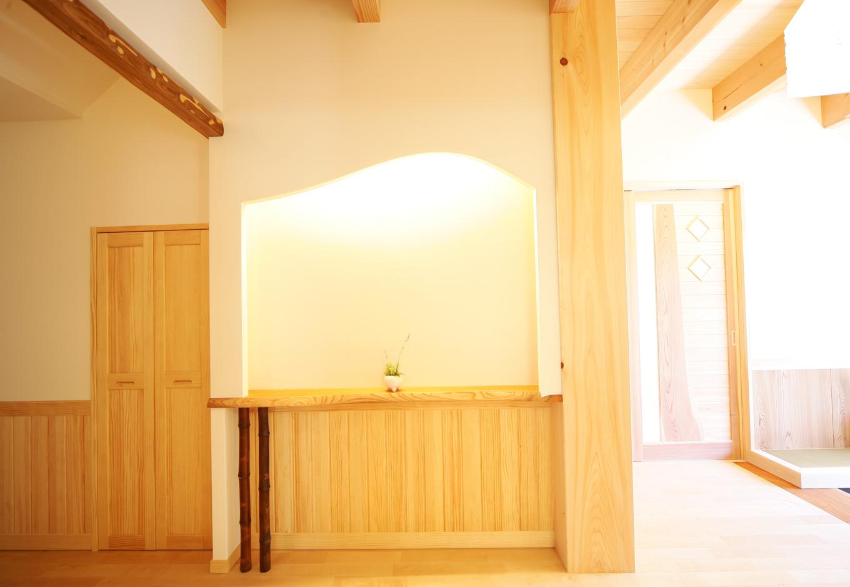 住まいるコーポレーション【和風、二世帯住宅、自然素材】壁厚を利用してデザイン性豊かにしつらえた玄関ホールの飾り棚