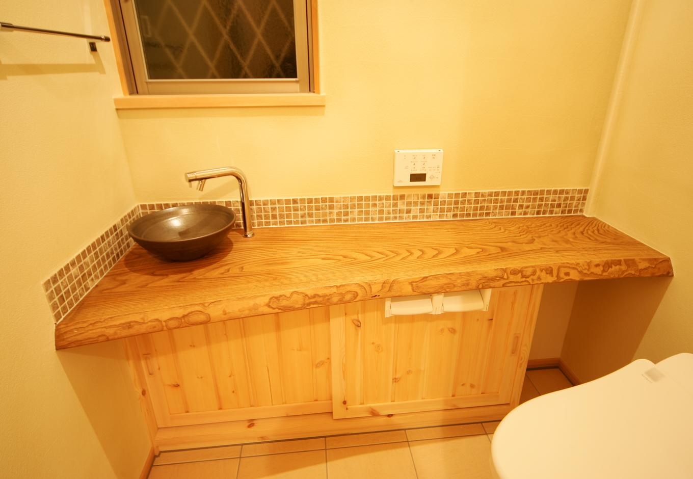 住まいるコーポレーション【収納力、和風、自然素材】トイレは分厚い杉の無垢材を用いたカウンターにシックな黒の陶製ボウルをコーディネート