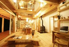 吹き抜けと薪ストーブのある自然素材の家