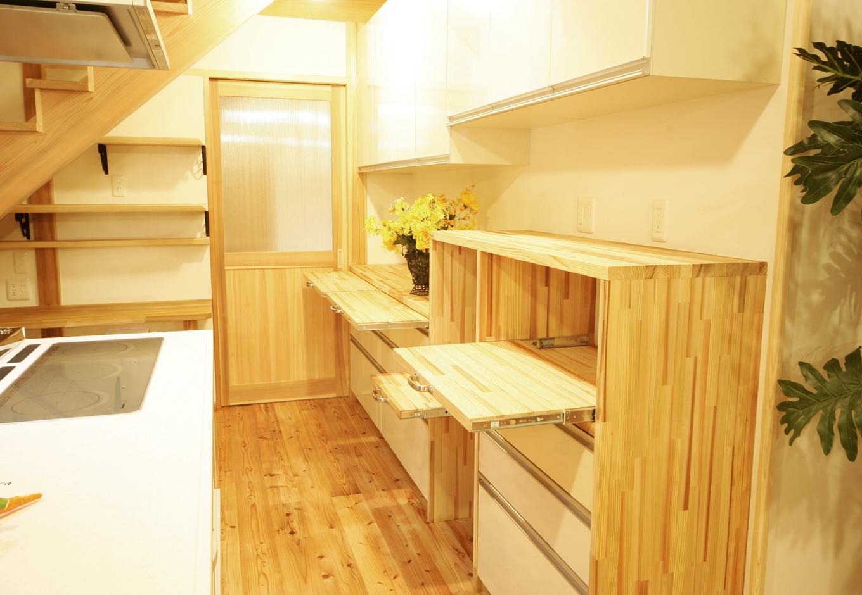 住まいるコーポレーション【収納力、和風、自然素材】既成のキッチンボードに、造作の棚や4つの引き出しカウンターを設けて、奥さまが最も使いやすいスタイルを実現。木の温もりあふれるナチュラルな素材感も魅力