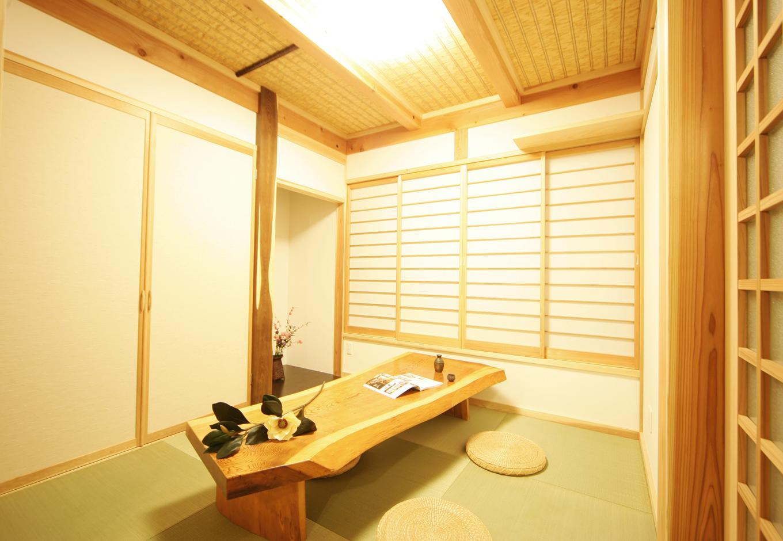 住まいるコーポレーション【収納力、和風、自然素材】急な来客にも対応できるよう、和室は玄関のすぐそばに配置。エンジュの床柱とヨシズの天井がしっとりとした和の風情を醸し出す