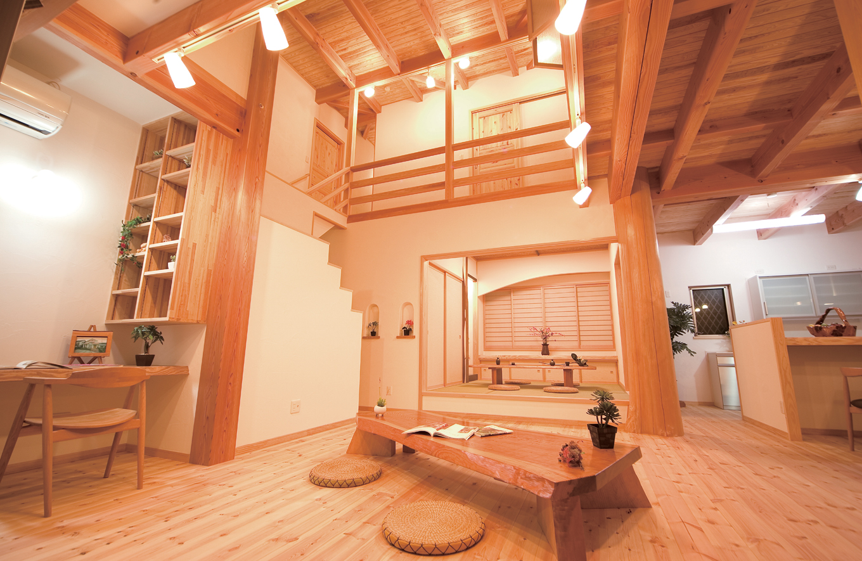 広い吹き抜けのあるおしゃれな天然木の家
