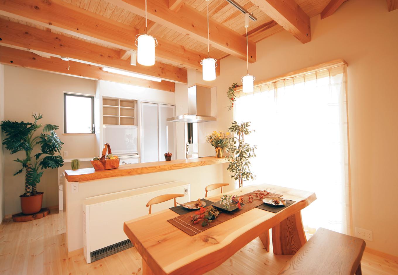 住まいるコーポレーション【和風、自然素材、省エネ】キッチンカウンターには無垢のケヤキの一枚板を贅沢に使用。カウンターの下には省エネで体に優しい蓄熱式暖房機を設置