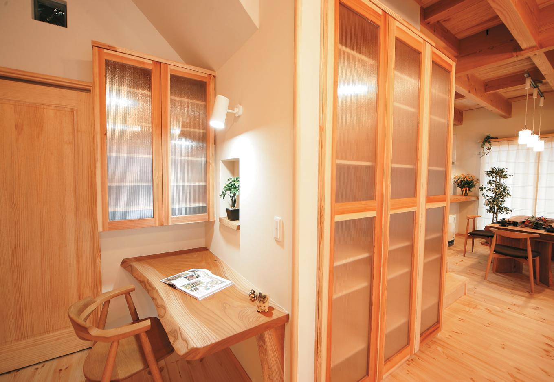 住まいるコーポレーション【和風、自然素材、省エネ】ご主人が個室にこもらないよう、リビングの一角に書斎を確保。仕事をしながら子どもを見守ることが出来る