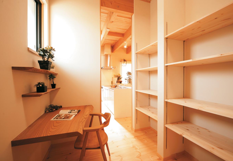 住まいるコーポレーション【和風、自然素材、省エネ】キッチン横の家事スペースと収納力抜群のパントリーは奥さまお気に入りの空間