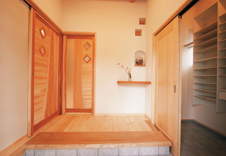 住まいるコーポレーション【和風、自然素材、省エネ】扉を開けた瞬間、木の香りに包まれる玄関。建具や飾り棚もすべて無垢材を使用するこだわり