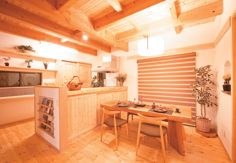 住まいるコーポレーション【子育て、和風、自然素材】自然素材をふんだんに使用したダイニングキッチン。キッチンは対面式になっているので、家族とのコミュニケーションもスムーズ