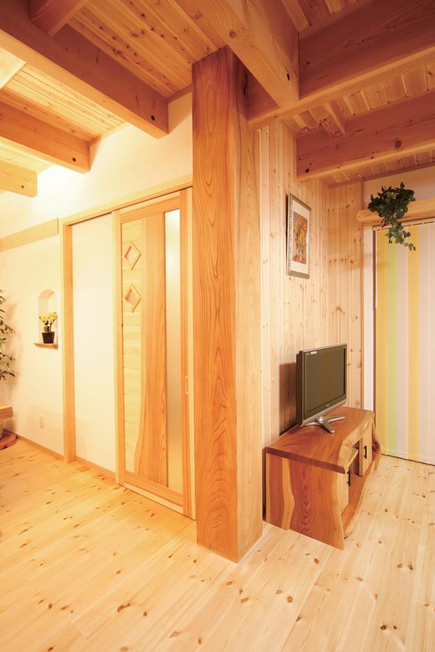 住まいるコーポレーション【子育て、和風、自然素材】玄関とLDKを仕切る建具は、『住まいるコーポレーション』のオリジナルデザイン。玄関側からもLDK側からも、個性豊かな表情を楽しむことが出来る