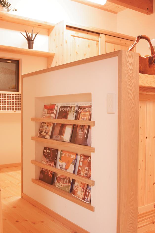 住まいるコーポレーション【子育て、和風、自然素材】キッチン脇に設けたマガジンラック。家が散らかる原因になりやすい新聞や雑誌だが、収納場所を決めることで部屋をいつもすっきり保てる