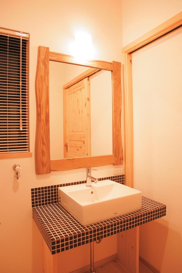 住まいるコーポレーション【子育て、和風、自然素材】サイズや仕様、鏡の大きさもすべてご家族のお好みにデザインした無垢のオリジナル洗面台。茶色のモザイクタイルをあしらえ、シンプルにコーディネート