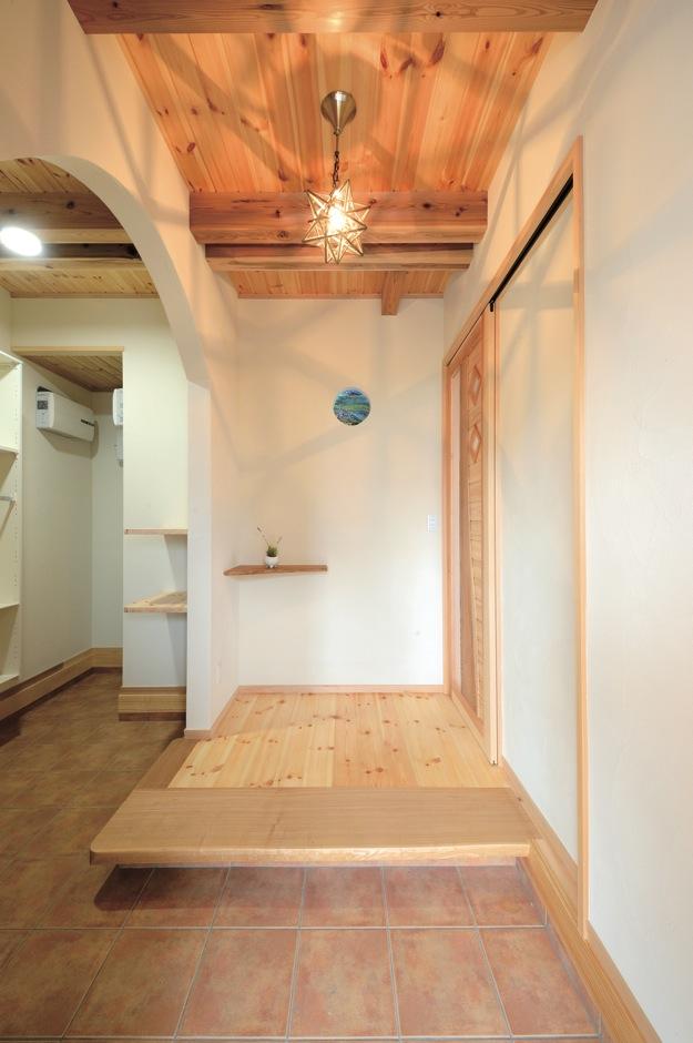 住まいるコーポレーション【収納力、自然素材、間取り】シューズクローク付きの玄関。正面には工芸作家の手作りガラスが埋め込んである