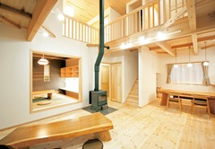 吹抜けのある天然木の家で、ナチュラルな暮らしを楽しむ