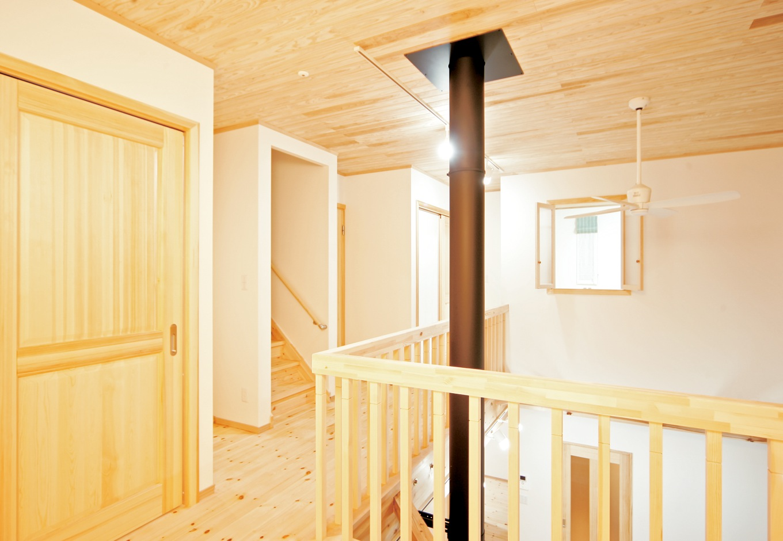 住まいるコーポレーション【自然素材、省エネ、間取り】薪ストーブの煙突は、さらに2階の天井を突き抜けて屋外へ