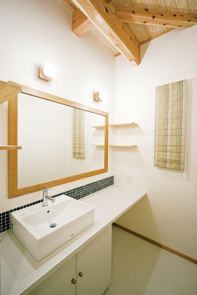 住まいるコーポレーション【自然素材、省エネ、間取り】洗面コーナーは、忙しい朝の時間帯に家族が同時に朝の支度ができるように、ワイドなカウンターと鏡を設置