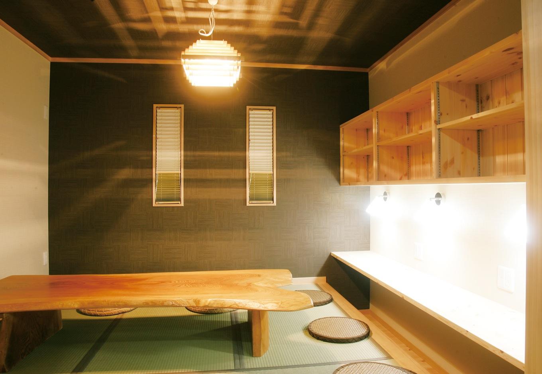 住まいるコーポレーション【自然素材、省エネ、間取り】リビングの続き間の小上がりの和室には掘り炬燵式のカウンターを設け、子どものスタディコーナーとして利用。家族が寛ぐ茶の間としても活躍する