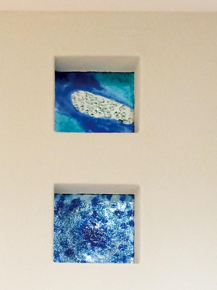 住まいるコーポレーション【デザイン住宅、省エネ、インテリア】Aさんのご新居には玄関やリビング、ダイニングなど、随所に工芸作家の創作ガラスが用いられている。珪藻土の白壁の風合いともぴったりマッチして、住まいに個性豊かな彩りを添えている